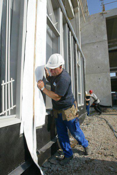 Gevelsluitende elementen met kozijnen voor nieuwbouwkantoor