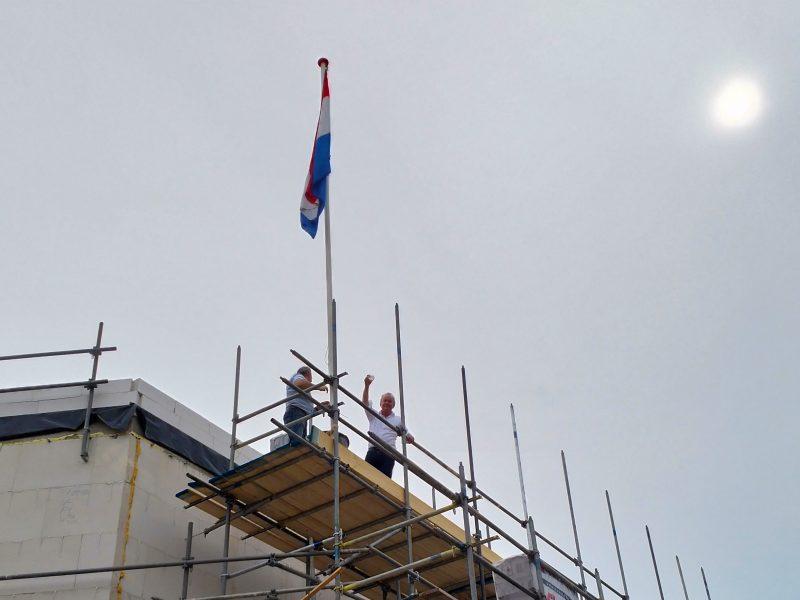 Wethouder Kagie hijst de vlag in Rosmalen