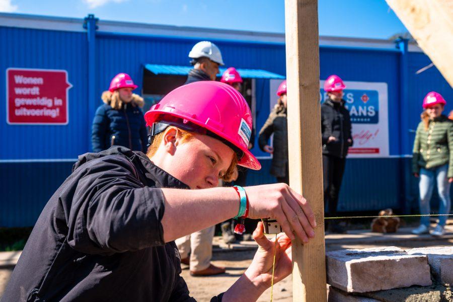 Meiden ontdekken techniek tijdens 'Girlsday' op bouwplaats Den Hoek