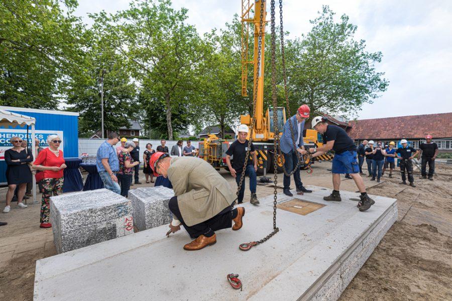 Wethouder Dusschooten geeft startsein nieuwbouwproject in Berkel-Enschot